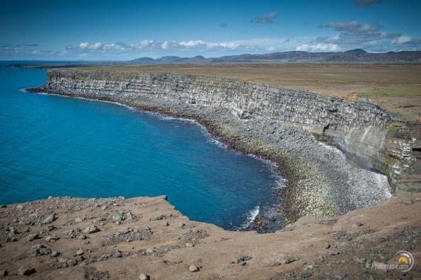 Les falaises de Krisuvikurberg. Chaque point blanc illustre un nid d'oiseaux