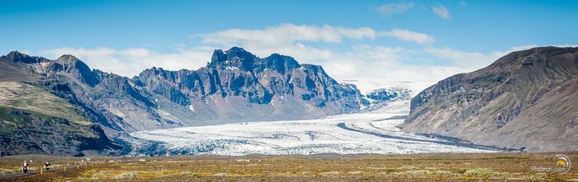 Les motards rident en paysage glaciaire