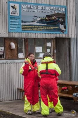 Avant l'embarquement pour les baleines en bateau rapide, l'équipement de sécurité est fourni