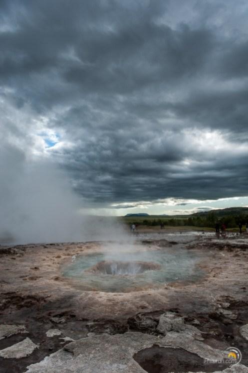 Une fois crachée en l'air l'ensemble de l'eau retombe et rentre à nouveau dans le trou du geyser.