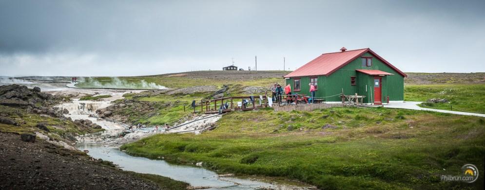 Cette cabane permet aux gens de se rhabiller à l'abrit après un bon bains dans la vasque
