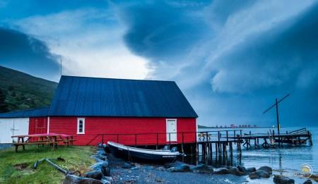 On n'imagine pas de l'extérieur que c'est le restaurant musé Randulf's Fish House. L'entrée principale est la petite porte blanche ! On sent ici que l'extérieur est rude en Islande !