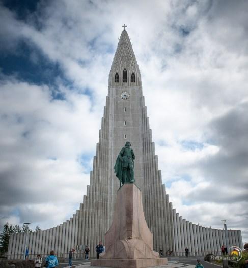 Leifur Eiríksson et en arrière plan Hallgrímskirkja