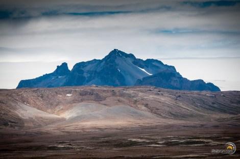 Paysage contrasté en sol et montagne