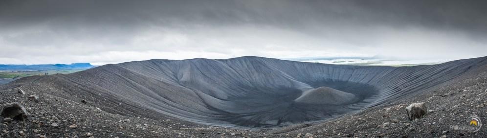 Promenade sur la lèvre supérieure du cratère du volcan Hverfjall