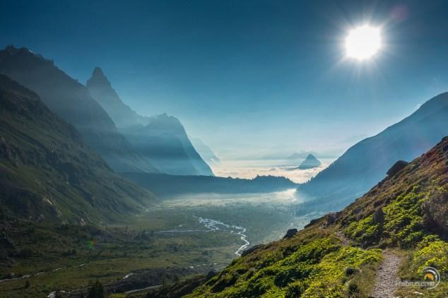 Magnifique lever de soleil dans le Val Veni. Au fond Courmayeur est sous les nuages.
