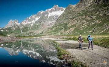 Marche dans le fond du Val Veni en Italie.