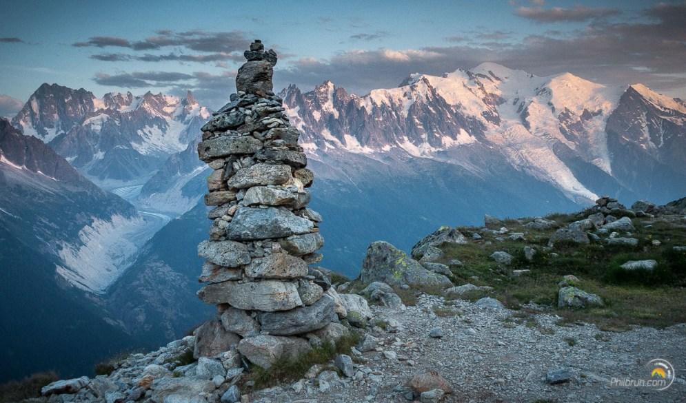 Le massif du Mont Blanc depuis le Lac Blanc. À gauche la mer de glace serpente vers la vallée de Chamonix