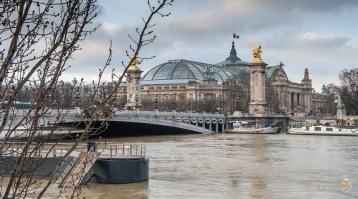 Le pont Alexandre III héberge en ses piliers des établissements de loisir qui sont actuellement sous l'eau.