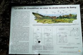 Une planche d'explications géologiques marque l'entrée de la vallée de Chaudefour