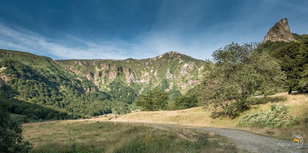 Le chemin arrive au fond de la vallée de Chaudefour dominée par la Puy Ferrand