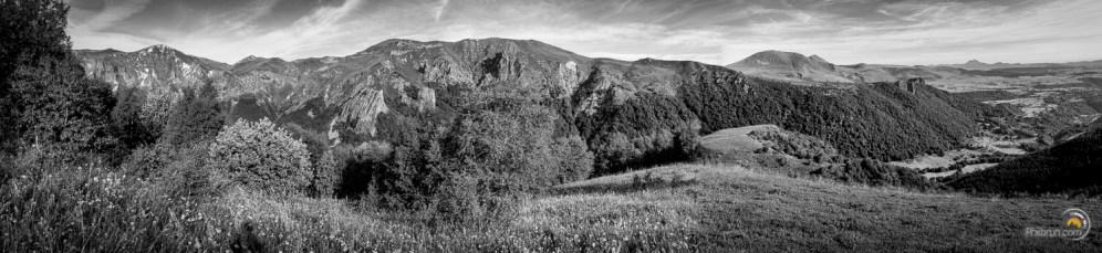 Vue sur la vallée de Chaudefour depuis le premier plateau d'alpage qui monte au Puy Ferrand
