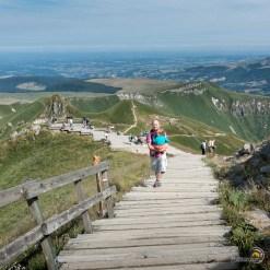 Les touristes accèdent au sommet du Sancy par un escalier qui provient de la station du téléphérique.