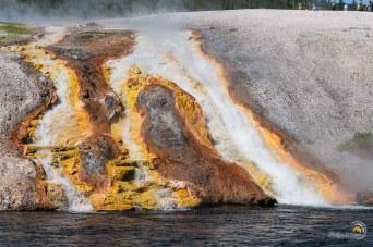 Débordement d'une vasque chaude dans la rivière