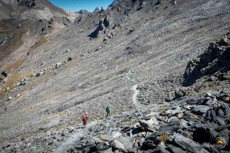 La descente vers le refuge Agnel se fait en traversée dans un pierrier de roches basaltiques noires.