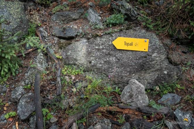Panneau indiquant le refuge topali dans la montée