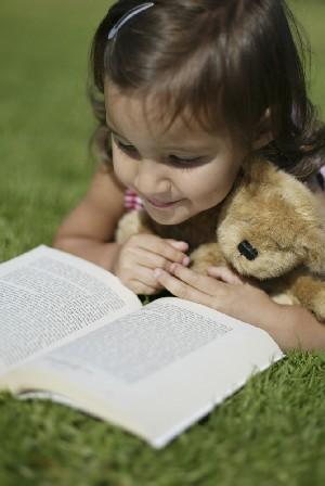 Kind mit Buch (Foto: Christina Loehr)