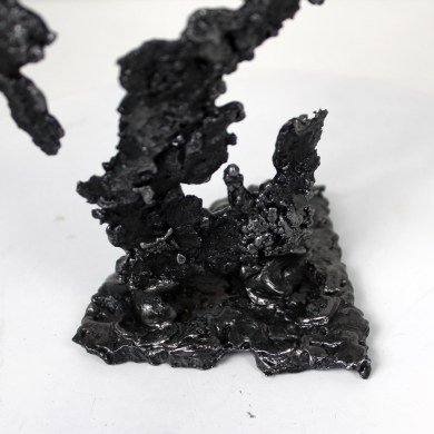 Sculpture représentant le corps d'une femme en métal : dentelle d'acier Pavarti piano Pièce unique Sculpture representing the body of a woman in metal: steel lace Pavarti Piano Single piece