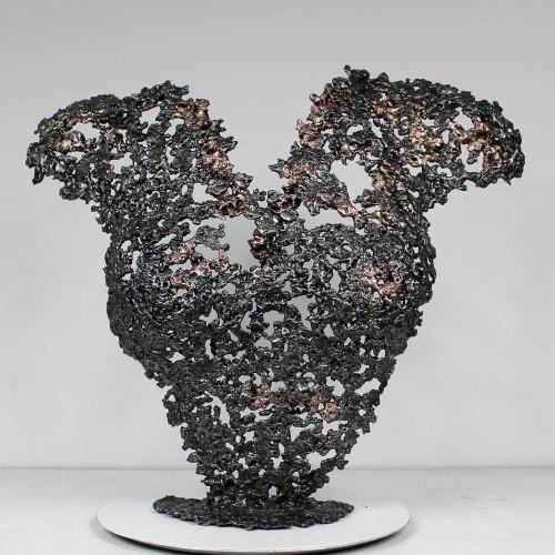 Sculpture représentant un buste féminin. Sculpture en dentelle de bronze et d'acier.