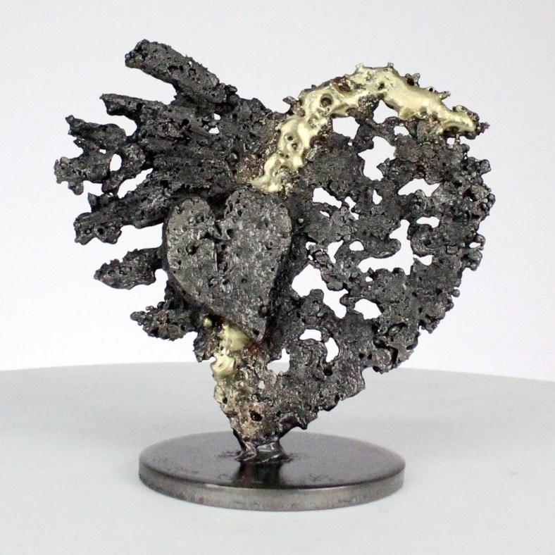 De coeurs sur coeur - Sculpture coeurs acier sur coeur métal laiton - From hearts to hearts - Steel hearts sculpture on brass metal hearts