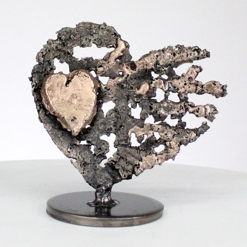 De corazones sobre corazón - Escultura corazones de acero sobre corazón de metal bronce - Of hearts on heart - Sculpture steel hearts on bronze metal heart philippe Buil