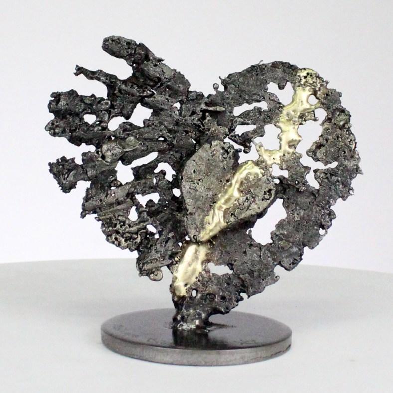 Van harten tot harten - Stalen harten sculptuur op messing metalen harten - From hearts to hearts - Steel hearts sculpture on brass metal hearts