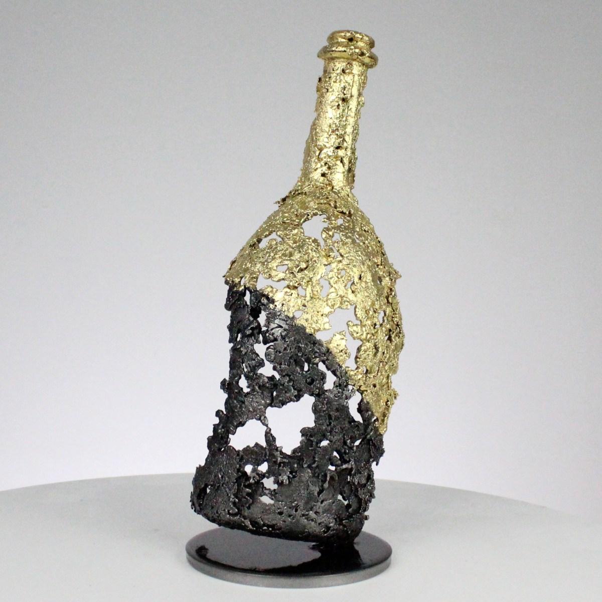 نحت زجاجة الشمبانيا Ruinart من الصلب والدانتيل الذهبي - ارتفاع 29 سم