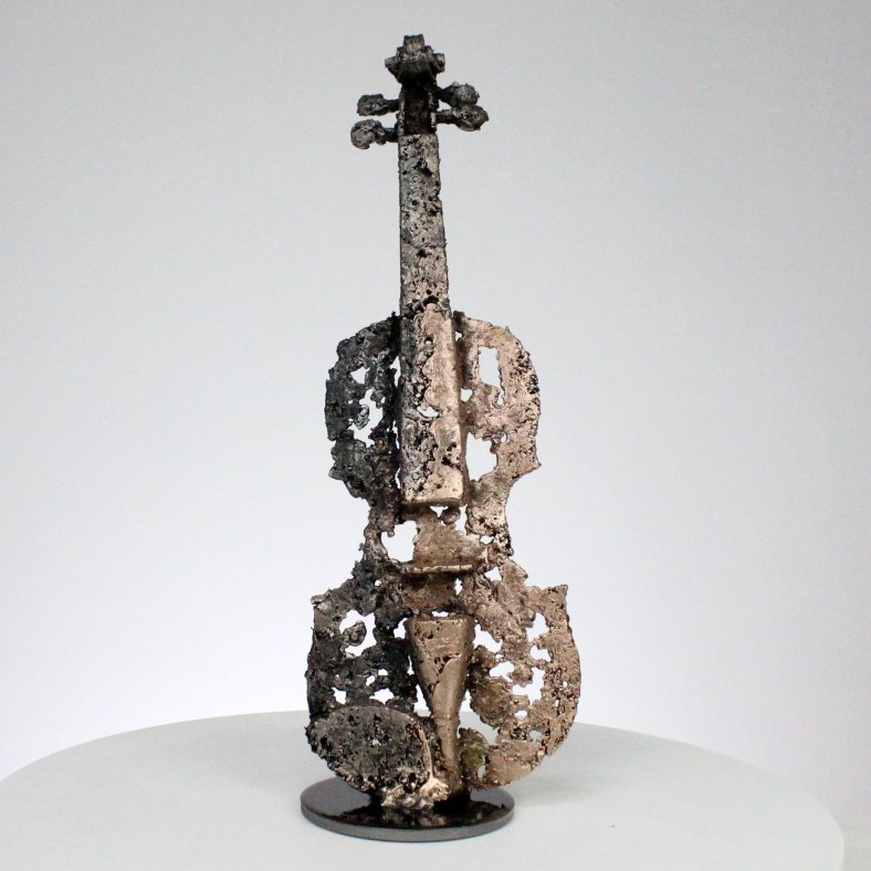 Sculpture représentant un violon dentelle d'acier et de bronze sculpture Philippe BUIL hauteur 38 cm instrument de musique Sculpture representing a lace violin of steel and bronze sculpture Philippe BUIL height 38 cm music instrument