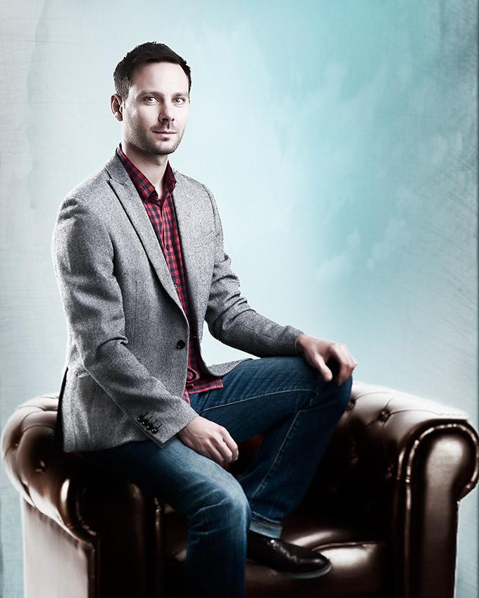 Alexandre Armand sur un fauteuil au studio