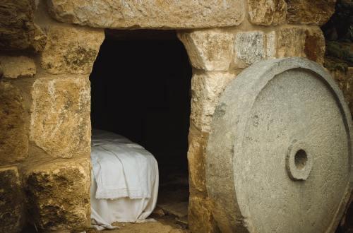 photographie d'un tombeau vide avec des draps pliés