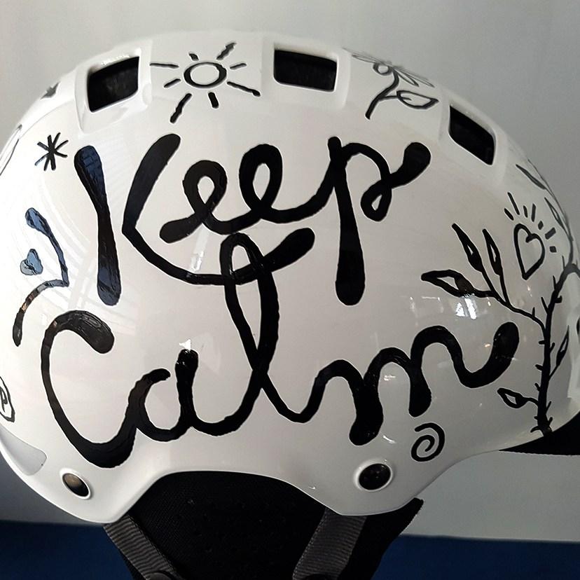 Lettrage et dessin sur casque de vélo