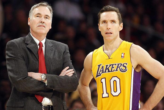 Mike D'Antoni coaching Steve Nash with the Lakers