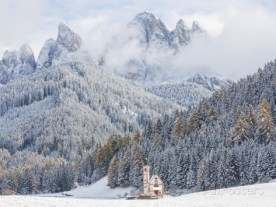 peter-adams-snow-winter-st-johann-church-val-di-funes-dolomites-italy