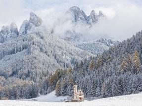 peter-adams-snow-winter-st-johann-church-val-di-funes-dolomites-italy