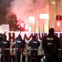 """""""Mutti muss bleiben"""": 800 """"Antifanten"""" schreien gegen Hamburger """"Merkel muss weg""""-Demo an"""