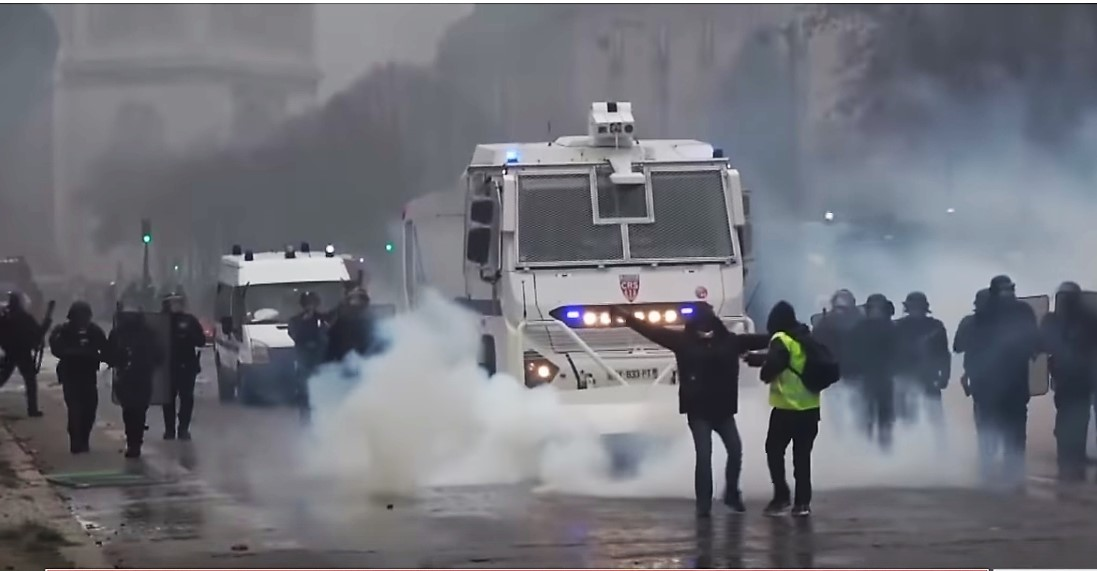 Anti-Macron-Revolution: Polizei ist mit Panzerwagen aufgefahren und setzt Tränengas ein