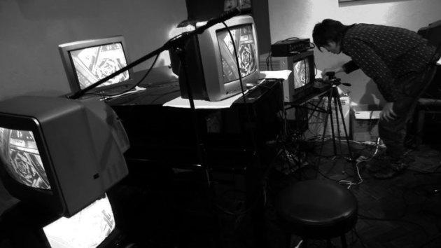 哲楽ライブでノイズのパフォーマンスを披露