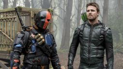 """Arrow -- """"Lian Yu"""" -- Image AR523a_0609b.jpg -- Pictured (L-R): Deathstroke and Stephen Amell as Oliver Queen/The Green Arrow -- Photo: Jack Rowand/The CW -- © 2017 The CW Network, LLC. All Rights Reserved."""