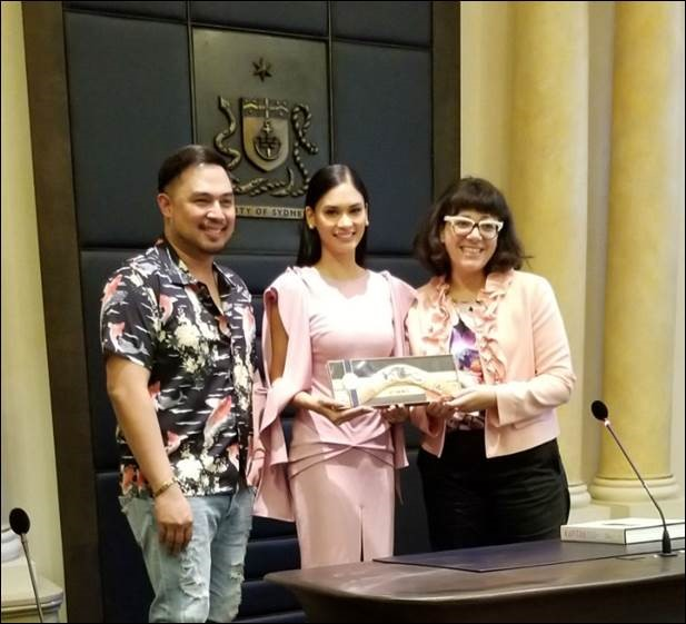 City of Sydney Councillor Jess Scully presents the gift of the Australian boomerang to Miss Universe Pia Wurtzbach and singer Jed Madela of the ASAP Live in Sydney cast. (Photo by Nerissa Fernandez)