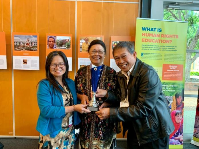 Dr Zeny Edwards Receives FILCCA Filipino Australian Achiever Award after the closing ceremony From left Serna Ladia, President PCC - NSW, Dr Zeny Edwards, 2018 FILCCA Filipino Australian Achiever Awardee and Jun Relunia, Adviser, Philippine Community Engagement UNAA Peace Program.
