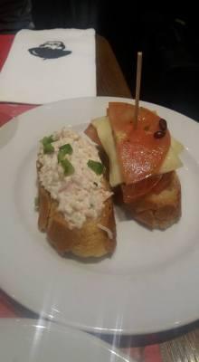 Taspas-snacks. Krabbe til venstre, ost og tomat til høyre