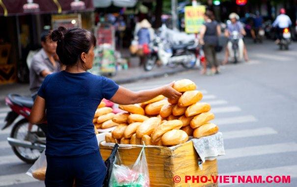 Broodjesverkoper in Hanoi (foto: Pho Vietnam © Kim Le Cao)