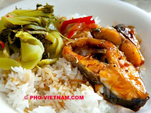 Rijst met Ca kho en mosterdkool (foto: Pho Vietnam © Kim Le Cao)