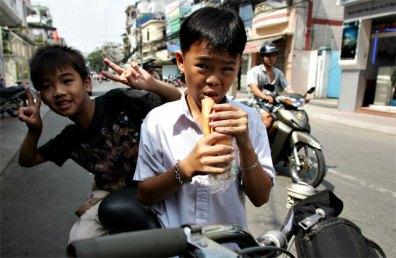 Pho Vietnam_jongens eten brood