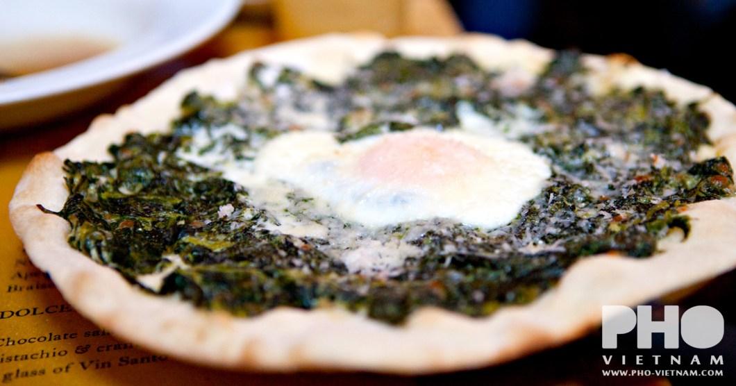 Pizzetta met spinazie en spiegelei (foto: Pho Vietnam © Kim Le Cao)