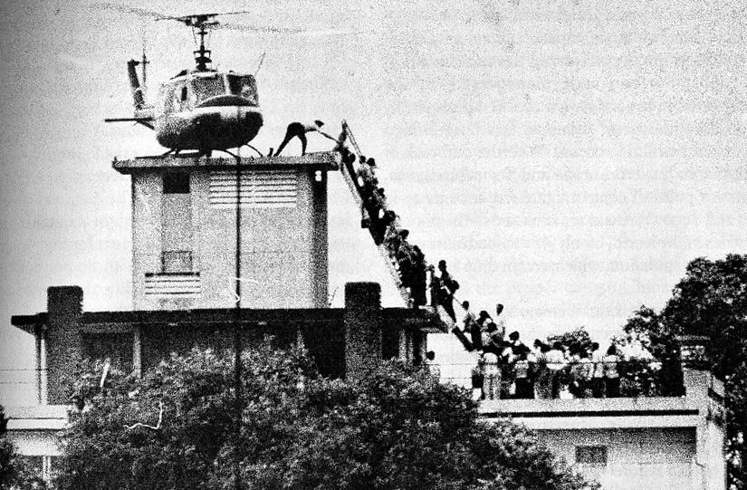 Een Amerikaanse helikopter vertrekt op het dak van 22 Gia Long-straat Saigon 29 april 1975 (http://www.verledentijd.com/2011/03/val-van-saigon/saigon-hubert-van-es/ Hubert van Es)