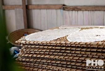 Stapel rekken met rijstpapier (foto: Kim Le Cao © Pho Vietnam)