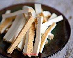 Gefrituurde tofu in reepjes (foto: Pho Vietnam © Kim Le Cao)