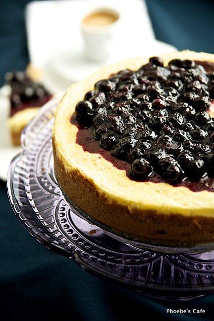 뉴욕 스타일 블루베리 치즈케익 레시피. 좀 얇게 구우시면 드시기도 간편하고 굽기도 간편하여 좋지만 요번에는 뽀대좀 나라고 뉴욕 스타일로 조금 두툼하게 구워봅니다. 도 좋고 보기도 좋네요. http://phoebescafe.com/cheesecake_ko/