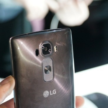 LG G Flex 2 Hands-on Scratching